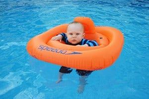 baby_in_the_pool_204288